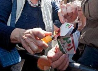sotto Montecitorio qualcuno brucia una tessera PD